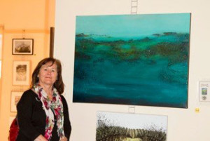 Joan-Stevens-(Echuca)-with-her-painting-'Blue-Spectrum'-2014-2D-Art-Winner